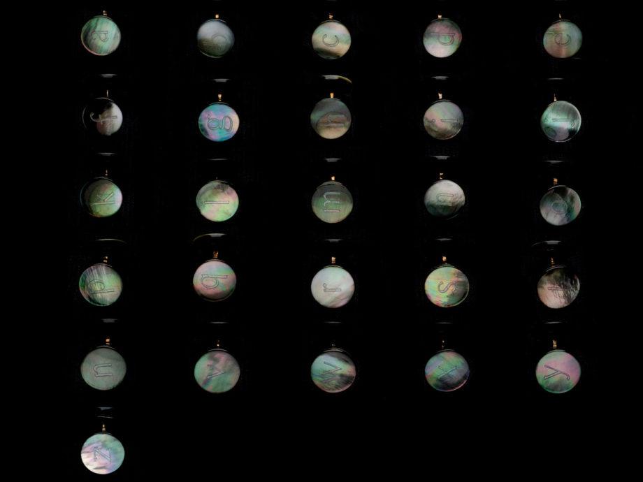 Boutons de manchette alphabet du soir en nacre grise et liens en bronze